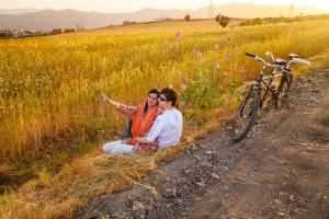 ساسان مویدی. از مجموعهی «قصه عشق»، از فینالیستهای مسابقه عکاسی سفر لنزکالچر ۲۰۲۰ صلاح و سروه حامی صلح در خاورمیانه هستند. این زوج در سال ۲۰۱۶ و در سالروز فاجعهی بمباران شیمیایی حلبچه، با یک دوچرخه از مریوان تا حلبچه را پیمودند.